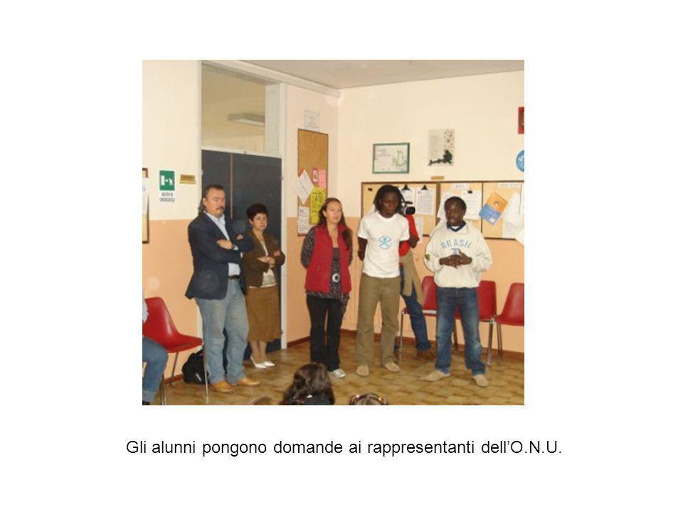 Alla presentazione da parte dei rappresentanti dellO.N.U. di una realtà culturale diversa dalla nostra, è seguito un dibattito cui gli alunni hanno pa
