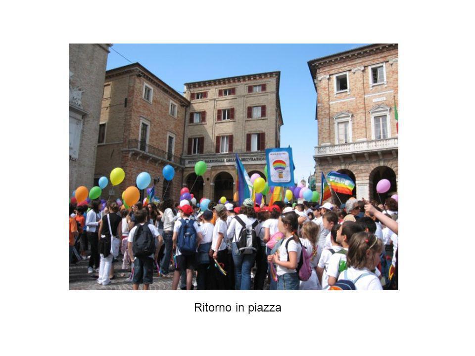 Ritorno in piazza dopo la marcia