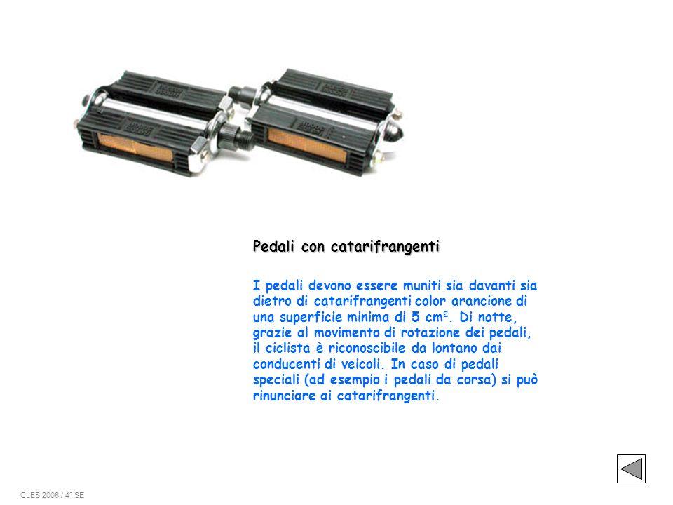 I pedali devono essere muniti sia davanti sia dietro di catarifrangenti color arancione di una superficie minima di 5 cm 2. Di notte, grazie al movime