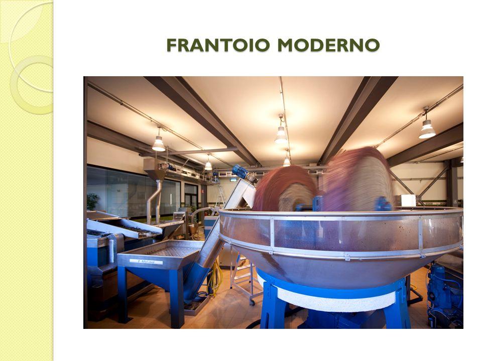 GRAMOLATURA Dopo la frangitura la pasta di olive viene rimescolata in modo lento e continuo.
