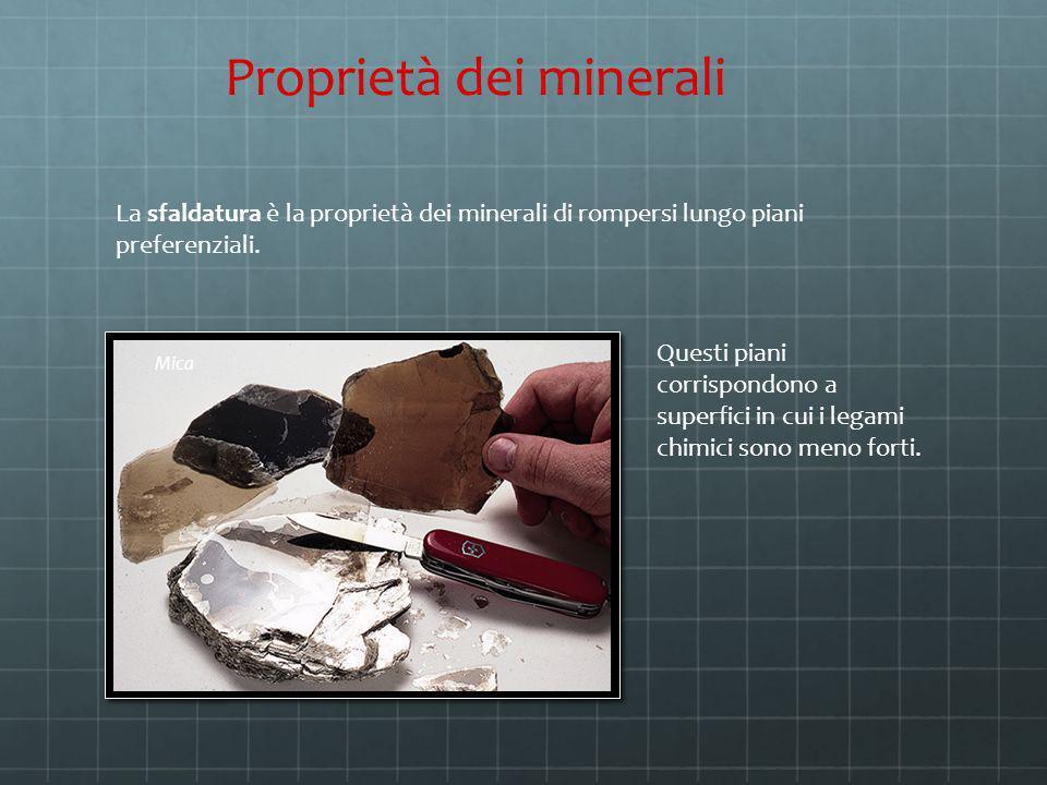 La sfaldatura è la proprietà dei minerali di rompersi lungo piani preferenziali. Proprietà dei minerali Questi piani corrispondono a superfici in cui
