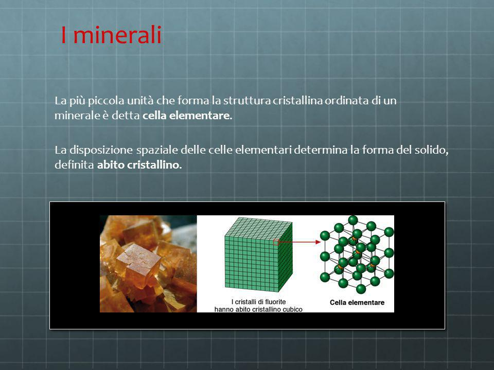 La più piccola unità che forma la struttura cristallina ordinata di un minerale è detta cella elementare. La disposizione spaziale delle celle element
