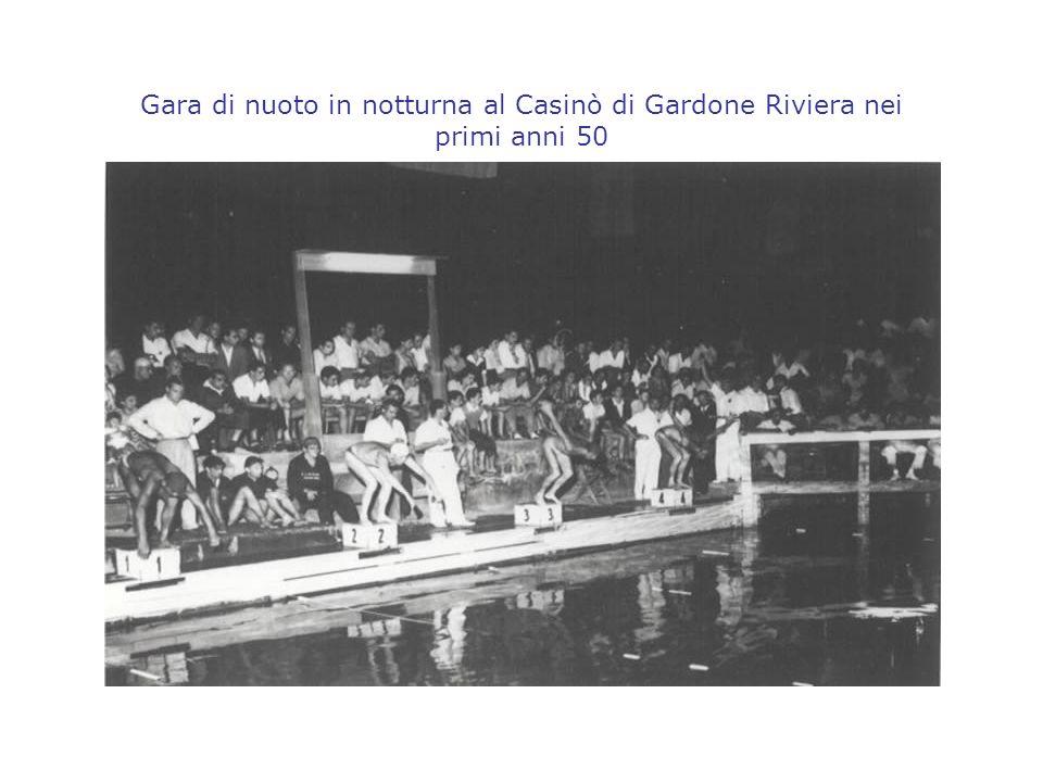 Gara di nuoto in notturna al Casinò di Gardone Riviera nei primi anni 50