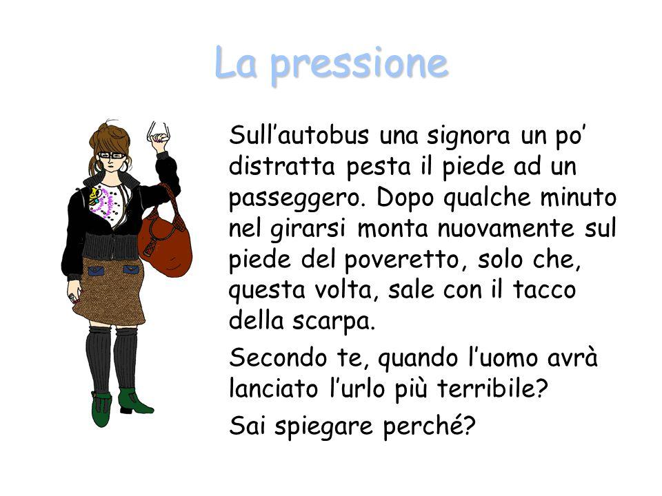 La pressione Sullautobus una signora un po distratta pesta il piede ad un passeggero.