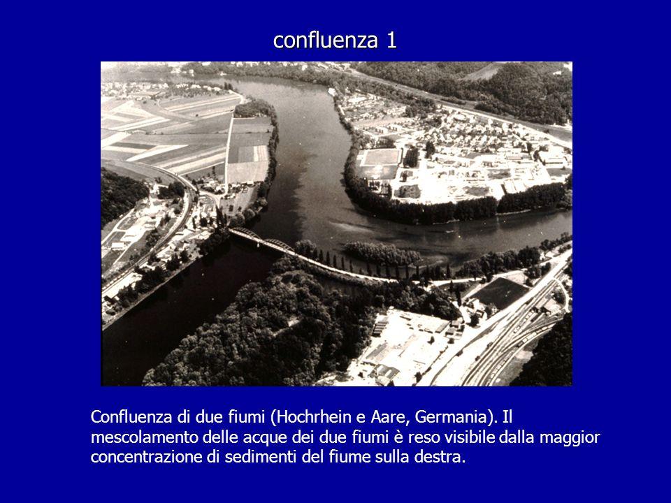 confluenza 1 Confluenza di due fiumi (Hochrhein e Aare, Germania). Il mescolamento delle acque dei due fiumi è reso visibile dalla maggior concentrazi