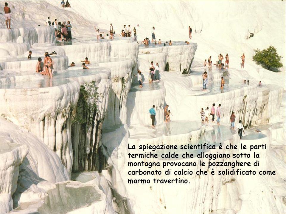 La spiegazione scientifica è che le parti termiche calde che alloggiano sotto la montagna provocano le pozzanghere di carbonato di calcio che è solidi