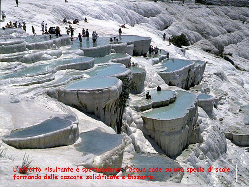 L'effetto risultante è spettacolare: l'acqua cade su una specie di scale, formando delle cascate solidificate e bizzarre.
