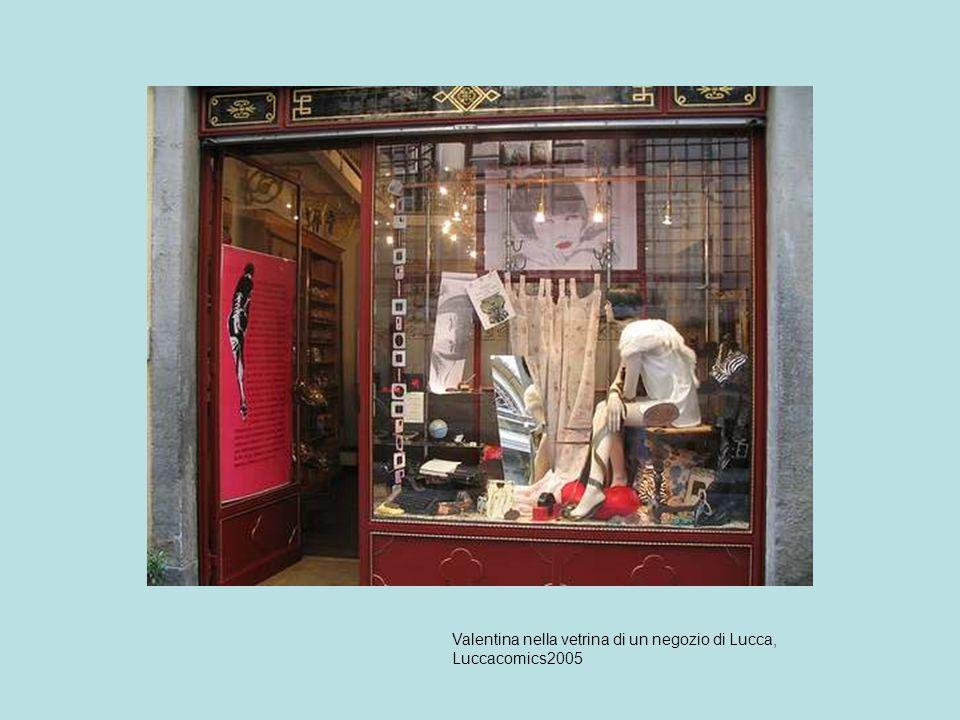 Valentina nella vetrina di un negozio di Lucca, Luccacomics2005