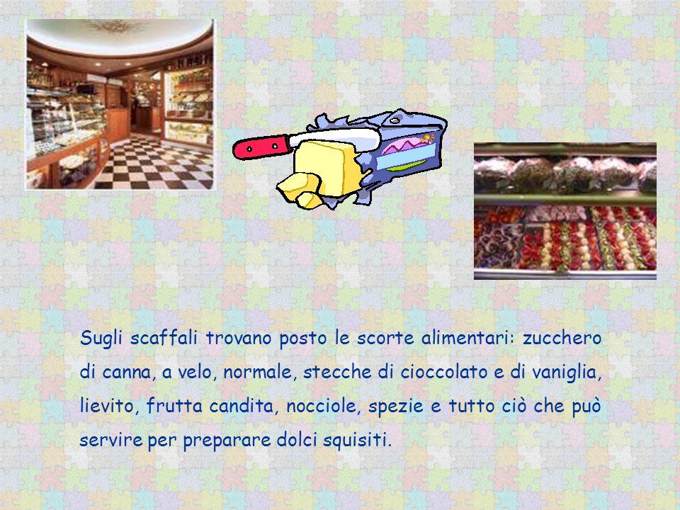 Sugli scaffali trovano posto le scorte alimentari: zucchero di canna, a velo, normale, stecche di cioccolato e di vaniglia, lievito, frutta candita, n