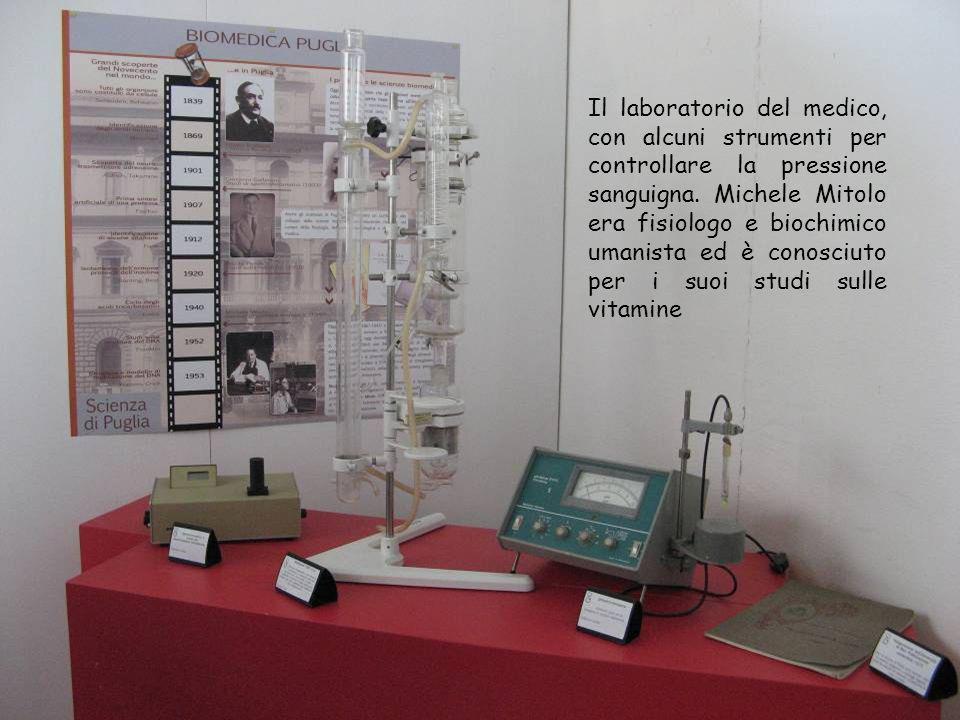 Il laboratorio del medico, con alcuni strumenti per controllare la pressione sanguigna. Michele Mitolo era fisiologo e biochimico umanista ed è conosc