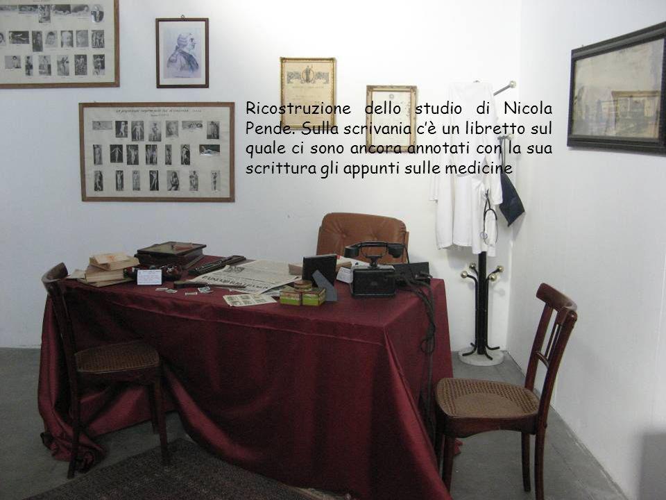 Ricostruzione dello studio di Nicola Pende. Sulla scrivania cè un libretto sul quale ci sono ancora annotati con la sua scrittura gli appunti sulle me