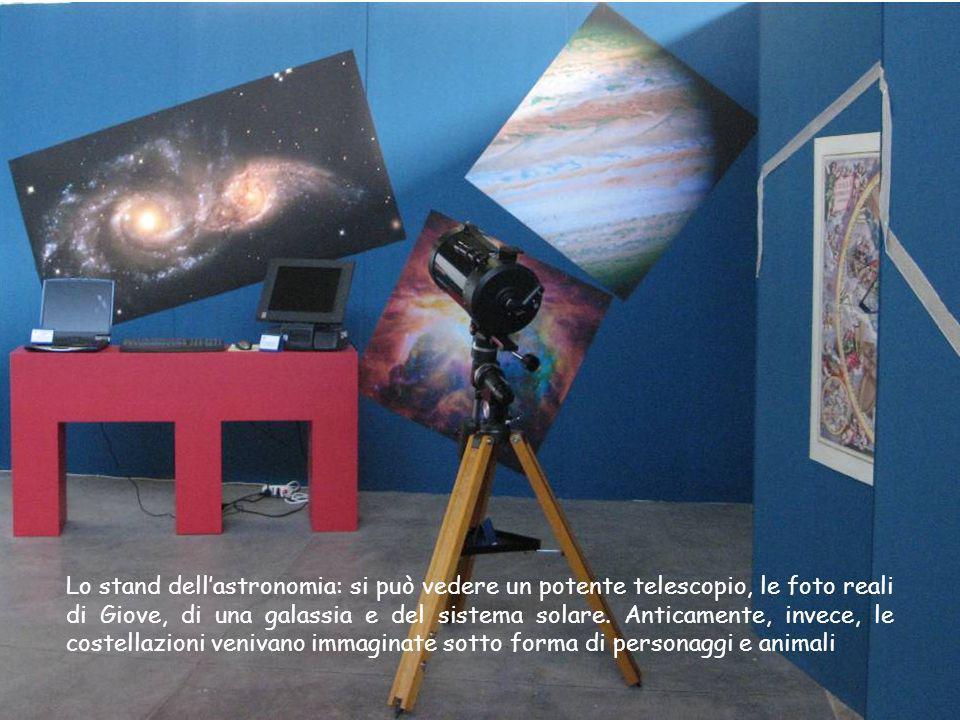 Lo stand dellastronomia: si può vedere un potente telescopio, le foto reali di Giove, di una galassia e del sistema solare. Anticamente, invece, le co