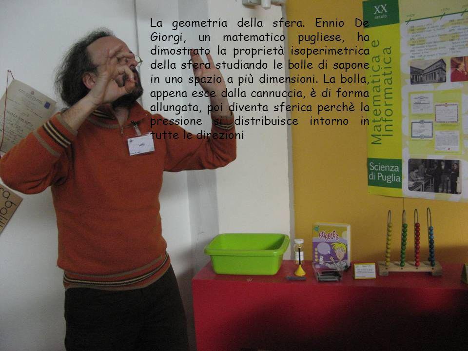 La geometria della sfera. Ennio De Giorgi, un matematico pugliese, ha dimostrato la proprietà isoperimetrica della sfera studiando le bolle di sapone