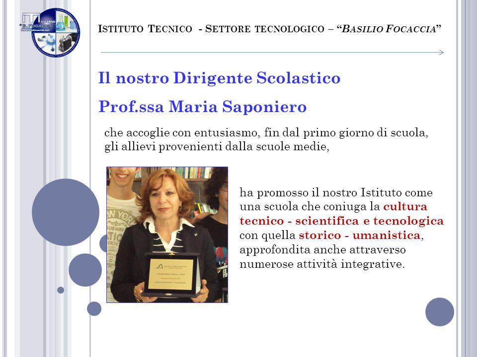 Il nostro Dirigente Scolastico Prof.ssa Maria Saponiero che accoglie con entusiasmo, fin dal primo giorno di scuola, gli allievi provenienti dalla scu