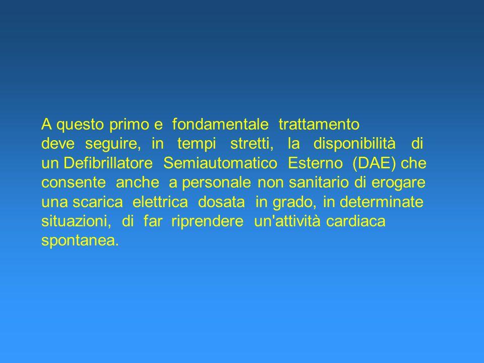 A questo primo e fondamentale trattamento deve seguire, in tempi stretti, la disponibilità di un Defibrillatore Semiautomatico Esterno (DAE) che conse