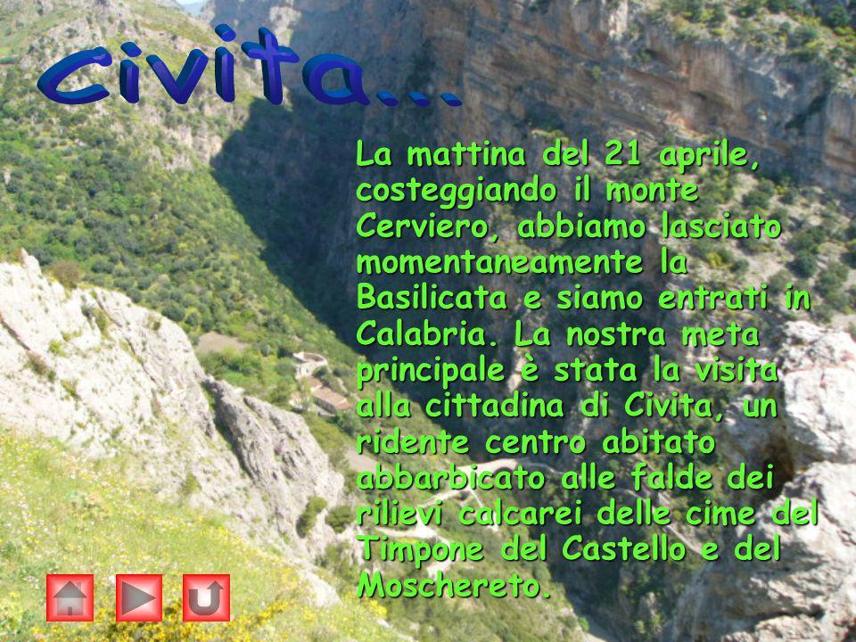 La mattina del 21 aprile, costeggiando il monte Cerviero, abbiamo lasciato momentaneamente la Basilicata e siamo entrati in Calabria. La nostra meta p