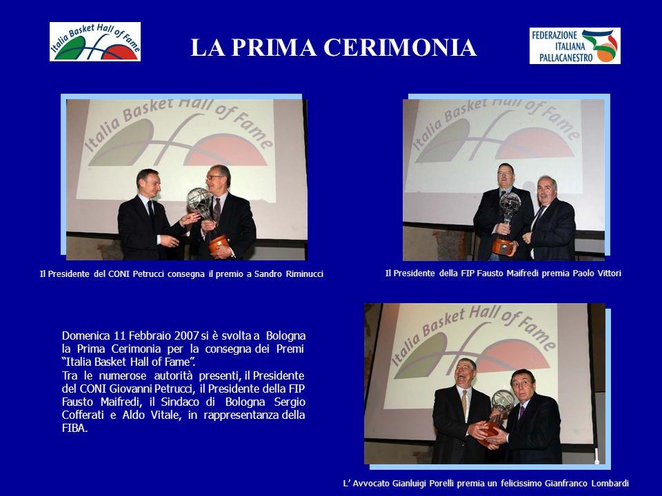LA PRIMA CERIMONIA L Assessore allo Sport del Comune di Bologna Anna Patullo e Sandro Gamba Aldo Vitale della FIBA e Dino Meneghin Foto di gruppo per i cinque premiati