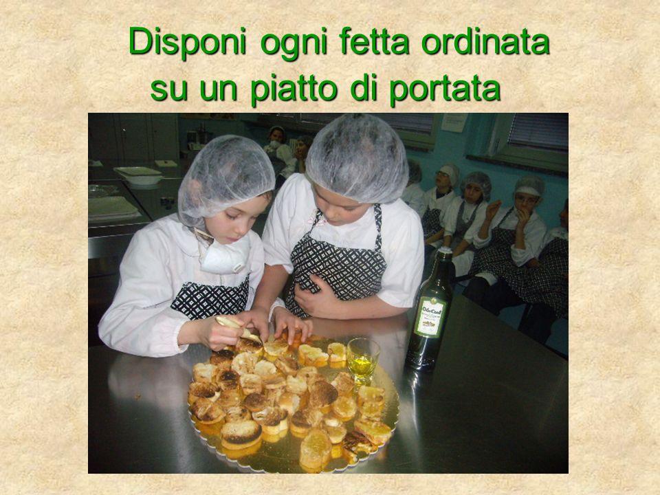 Disponi ogni fetta ordinata su un piatto di portata