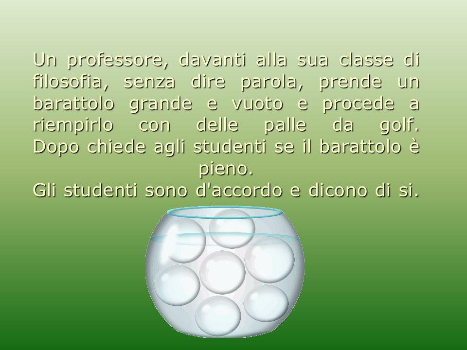 Allora il professore versa dentro il barattolo alcune palline di vetro.