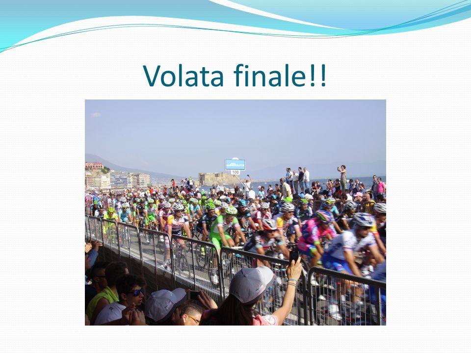 La classe III A,vincitrice del concorso, nella tribuna donore con la docente A. Rainone, per seguire larrivo della I^ tappa del Giro dItalia!!