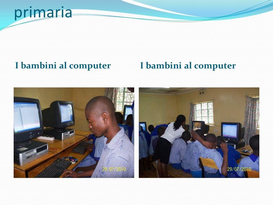Questi sono bambini di scuola primaria I bambini al computer