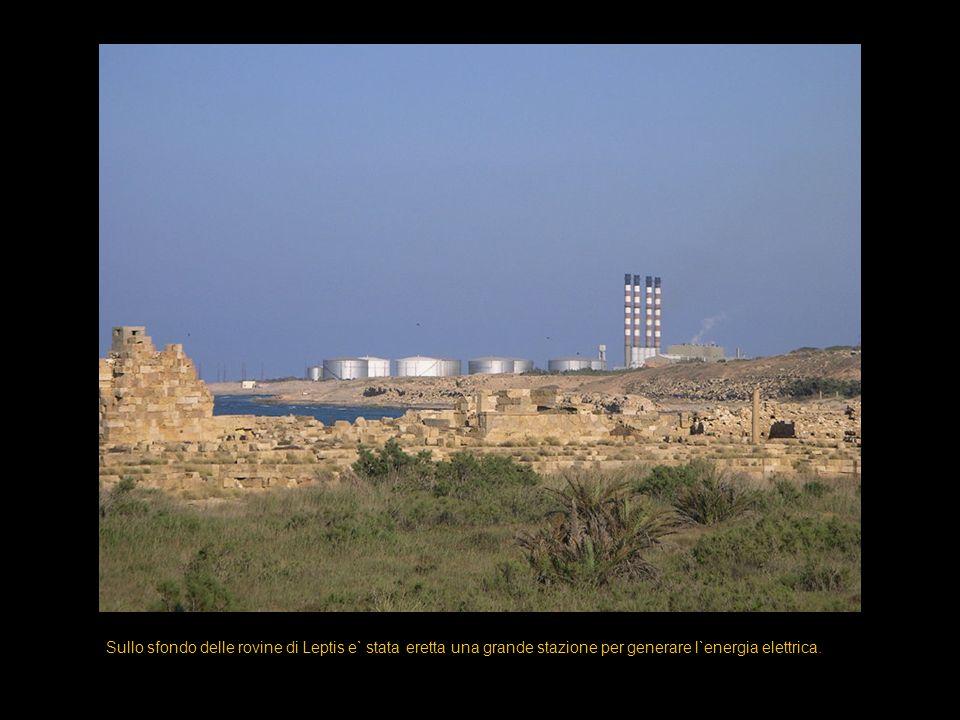 Sullo sfondo delle rovine di Leptis e` stata eretta una grande stazione per generare l`energia elettrica.