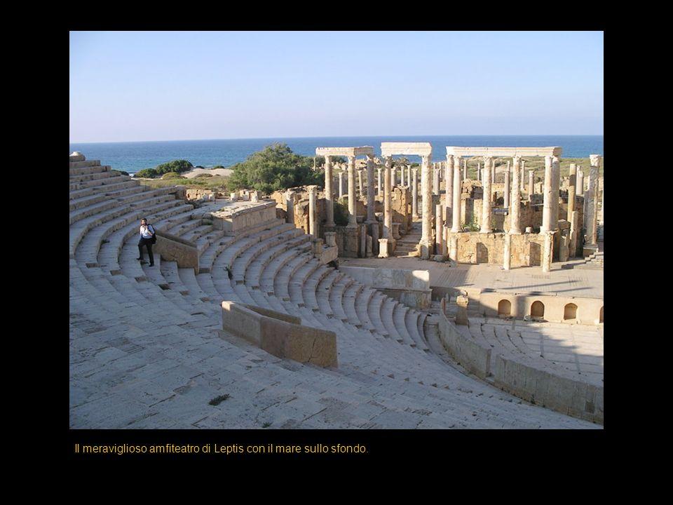 Il meraviglioso amfiteatro di Leptis con il mare sullo sfondo.