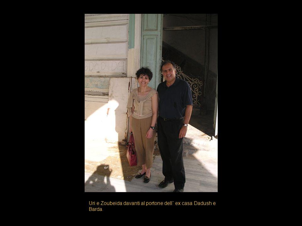 Uri e Zoubeida davanti al portone dell` ex casa Dadush e Barda.