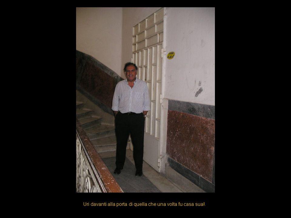 Uri davanti alla porta di quella che una volta fu casa sua!.
