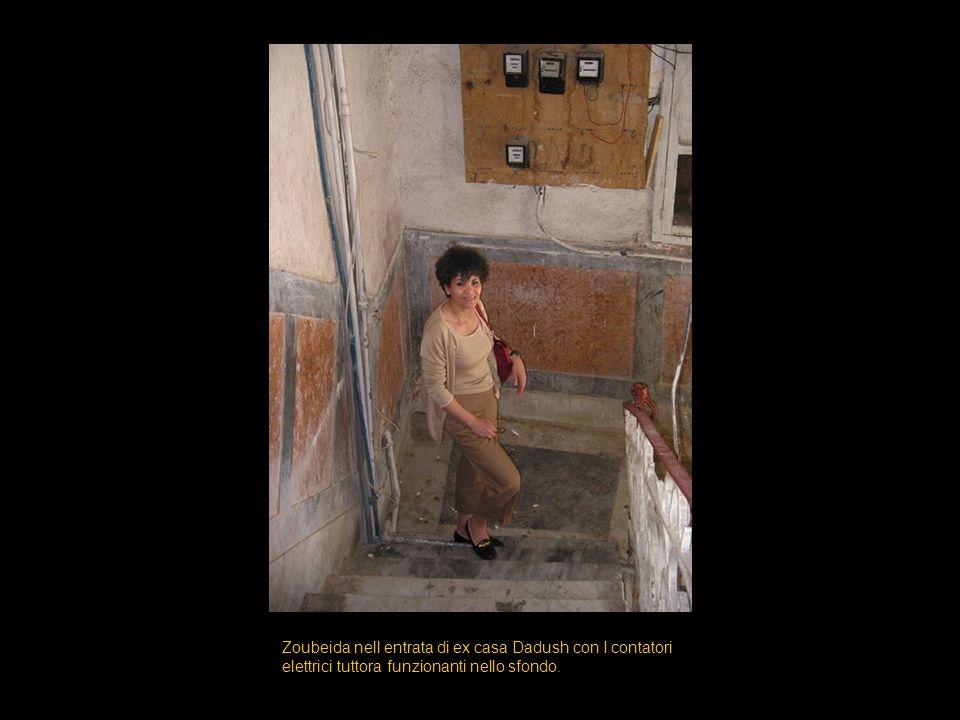 Zoubeida nell entrata di ex casa Dadush con I contatori elettrici tuttora funzionanti nello sfondo.