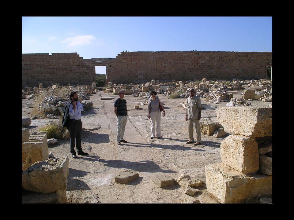Secondo la gudia, circa 250000 stranieri hanno visitato le rovine di Leptis nel 2003.