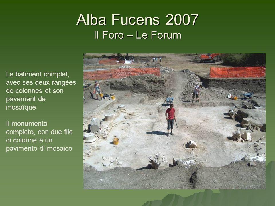 Alba Fucens 2007 Il Foro – Le Forum Le bâtiment complet, avec ses deux rangées de colonnes et son pavement de mosaïque Il monumento completo, con due