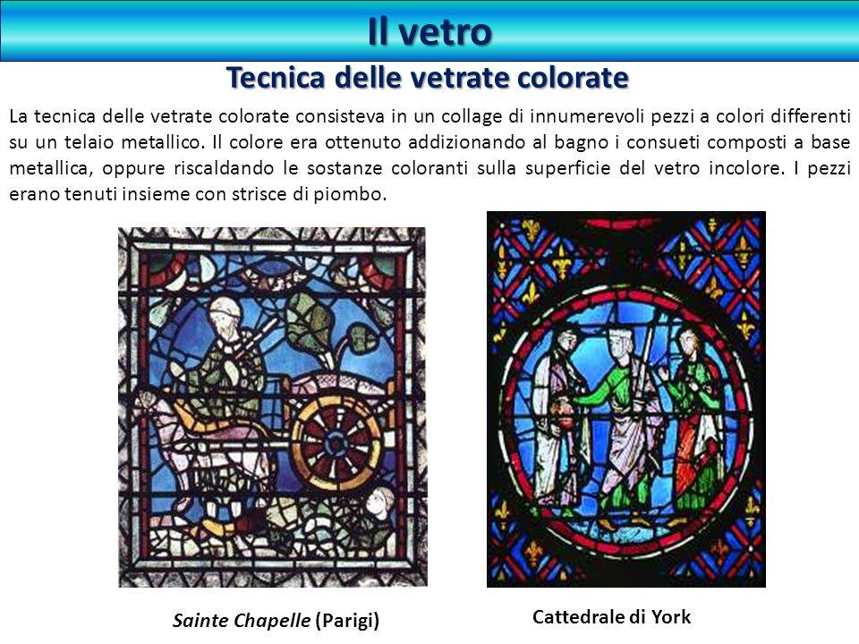 La tecnica delle vetrate colorate consisteva in un collage di innumerevoli pezzi a colori differenti su un telaio metallico. Il colore era ottenuto ad