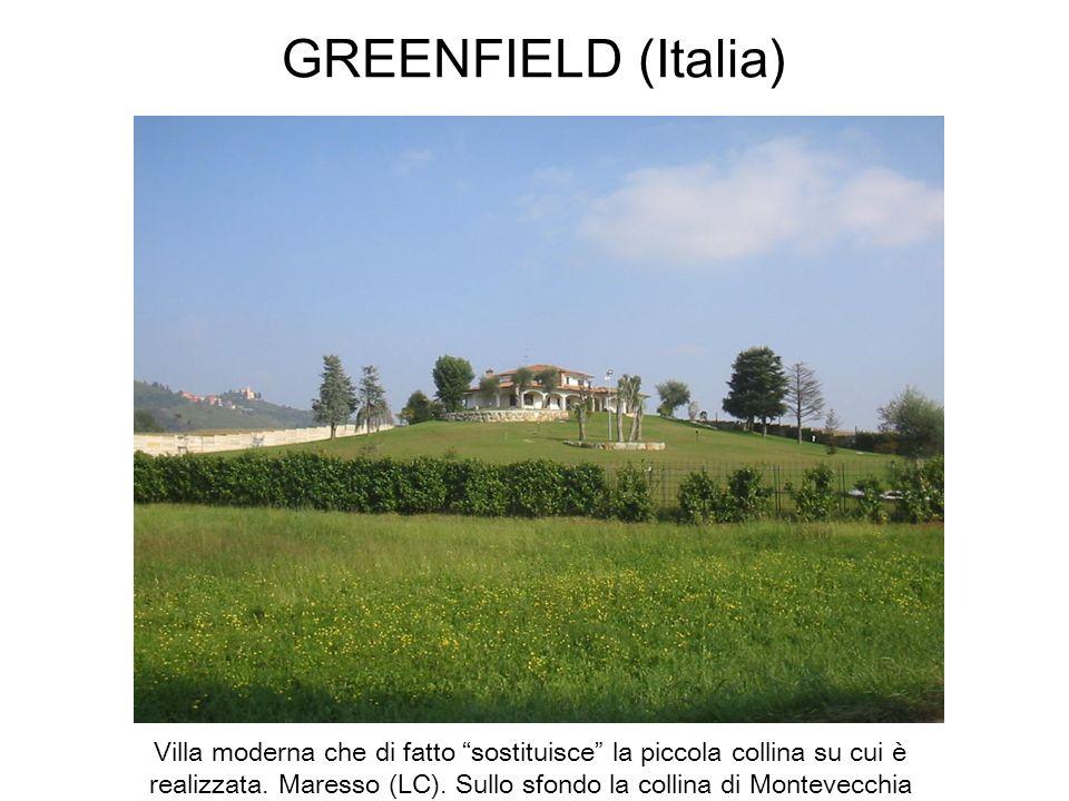 GREENFIELD (Italia) Villa moderna che di fatto sostituisce la piccola collina su cui è realizzata. Maresso (LC). Sullo sfondo la collina di Montevecch
