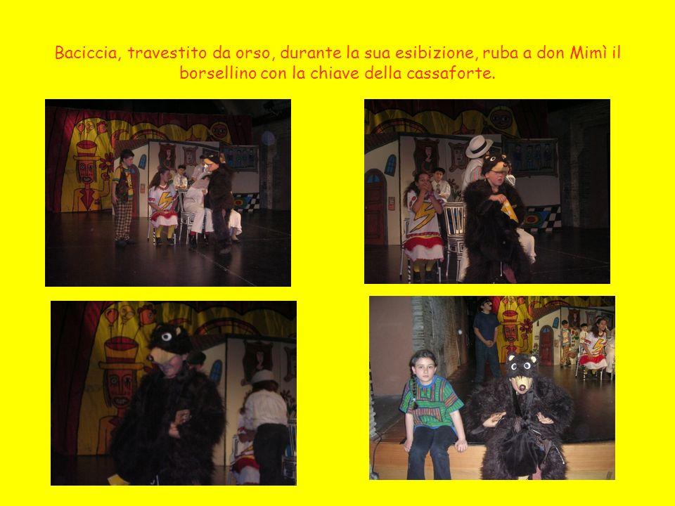 Baciccia e Carmelina, travestiti per il fasullo numero dellorso prodigio, riescono ad entrare nella casa di don Mimì, superando il controllo dei Guapp