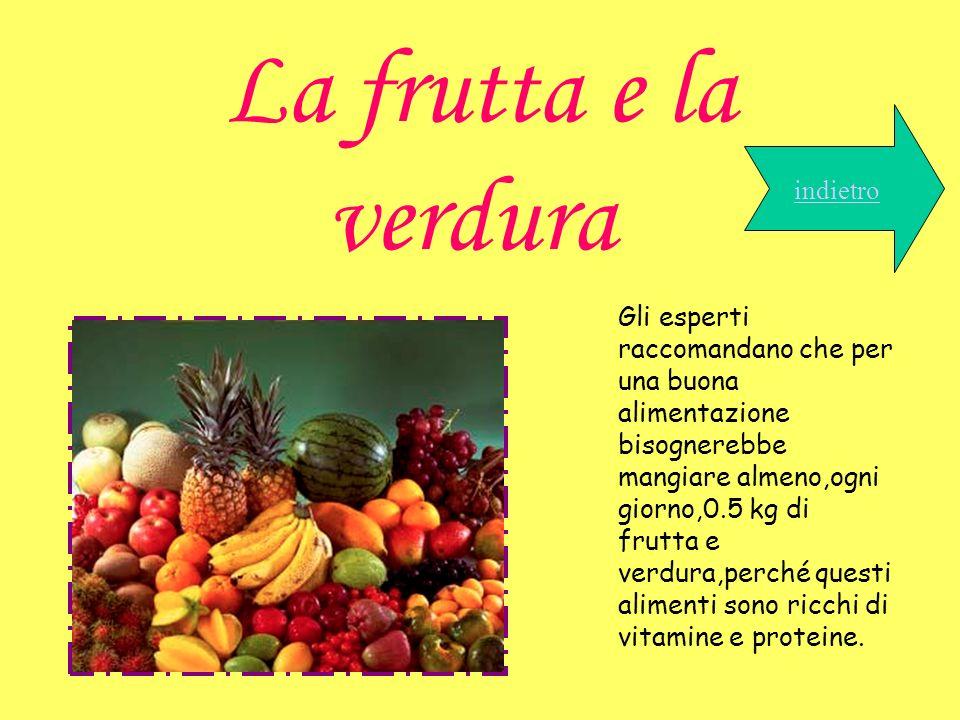 La frutta e la verdura indietro Gli esperti raccomandano che per una buona alimentazione bisognerebbe mangiare almeno,ogni giorno,0.5 kg di frutta e v