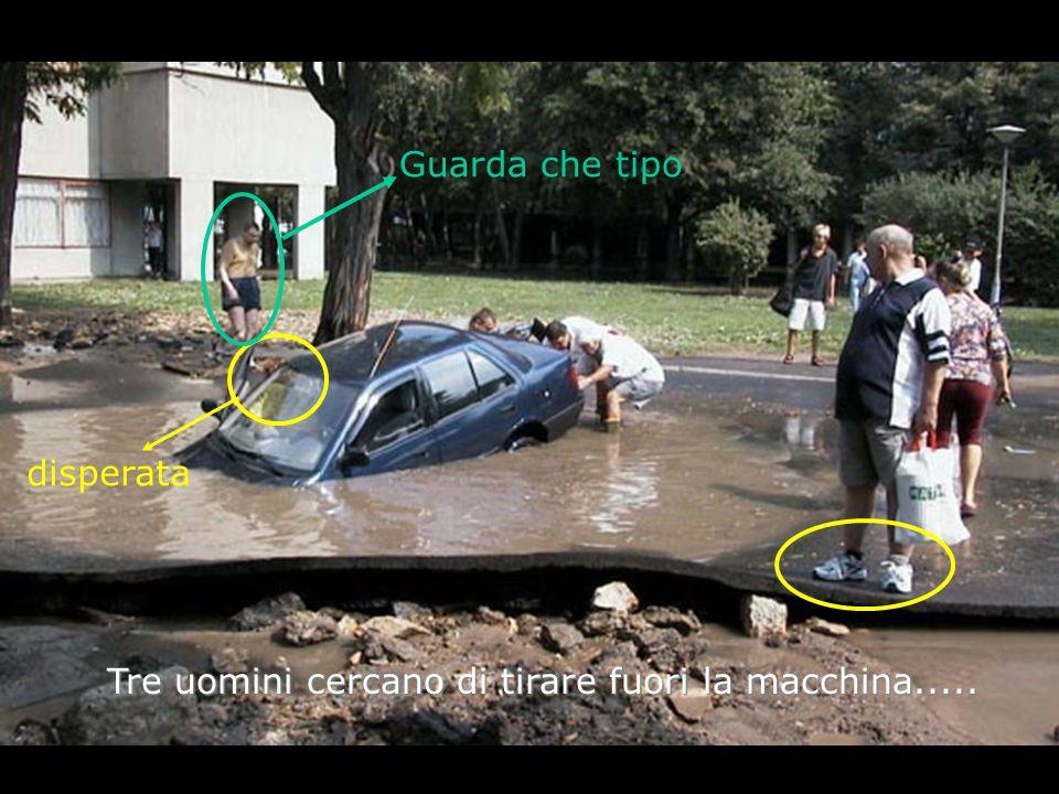 Tre uomini cercano di tirare fuori la macchina..... disperata Guarda che tipo
