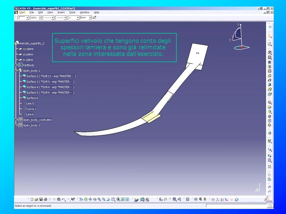 Creare un Fillet di raggio 8.5mm, imponendo come Hold Curve il bordo superiore della superficie estrusa e come Spine il bordo inferiore, dato che il valore dellestrusione è inferiore al raggio