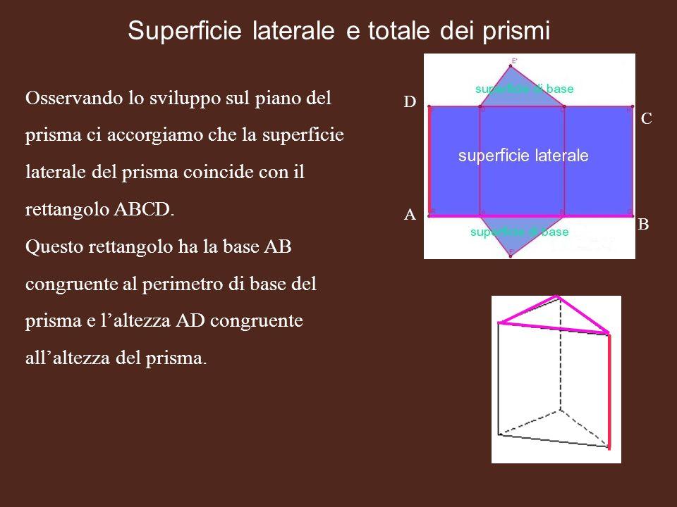 Osservando lo sviluppo sul piano del prisma ci accorgiamo che la superficie laterale del prisma coincide con il rettangolo ABCD. Questo rettangolo ha