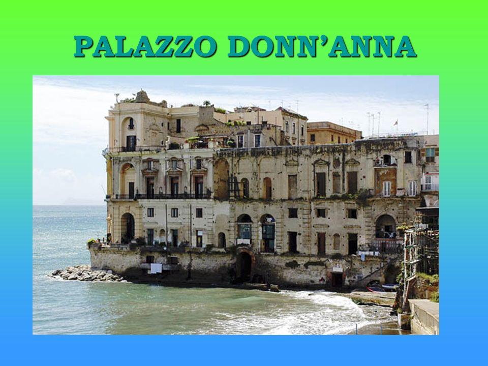 Palazzo DonnAnna si staglia gigantesco sul mare di Posillipo.