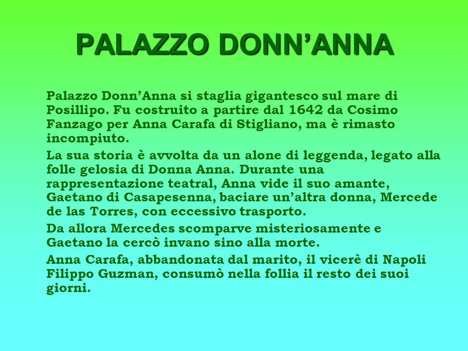 Palazzo DonnAnna si staglia gigantesco sul mare di Posillipo. Fu costruito a partire dal 1642 da Cosimo Fanzago per Anna Carafa di Stigliano, ma è rim