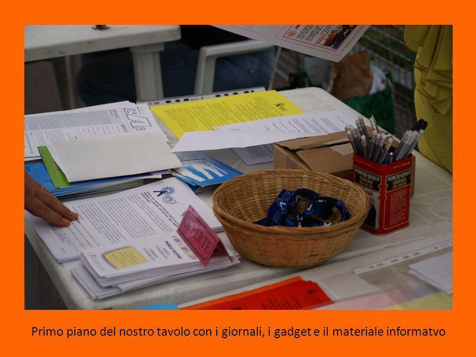 Primo piano del nostro tavolo con i giornali, i gadget e il materiale informatvo