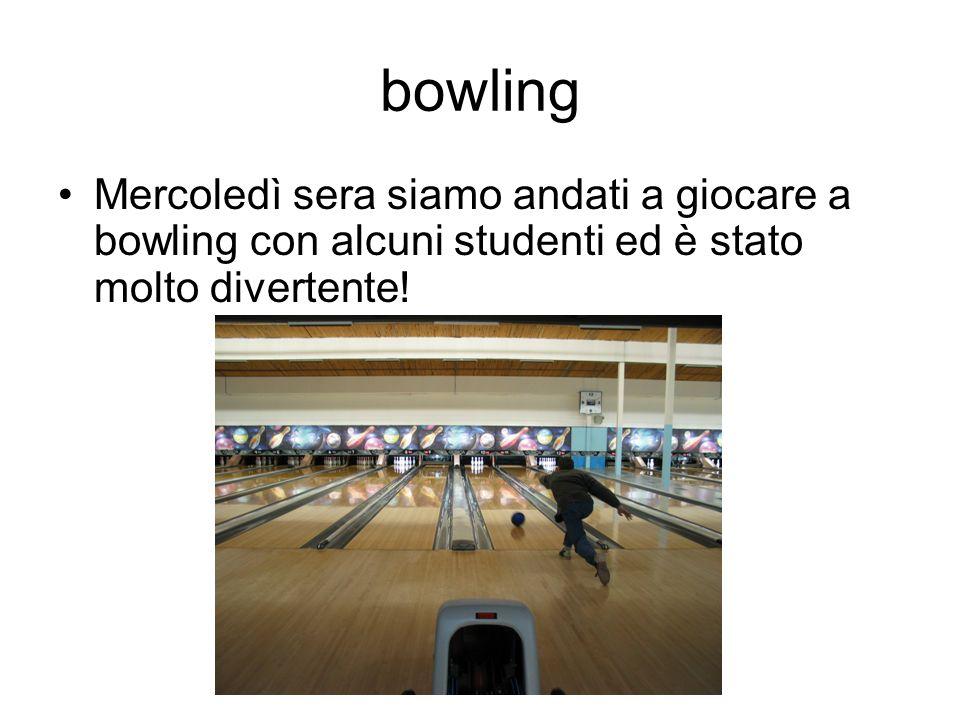 bowling Mercoledì sera siamo andati a giocare a bowling con alcuni studenti ed è stato molto divertente!