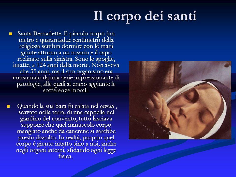 Il corpo dei santi Santa Bernadette. Il piccolo corpo (un metro e quarantadue centimetri) della religiosa sembra dormire con le mani giunte attorno a