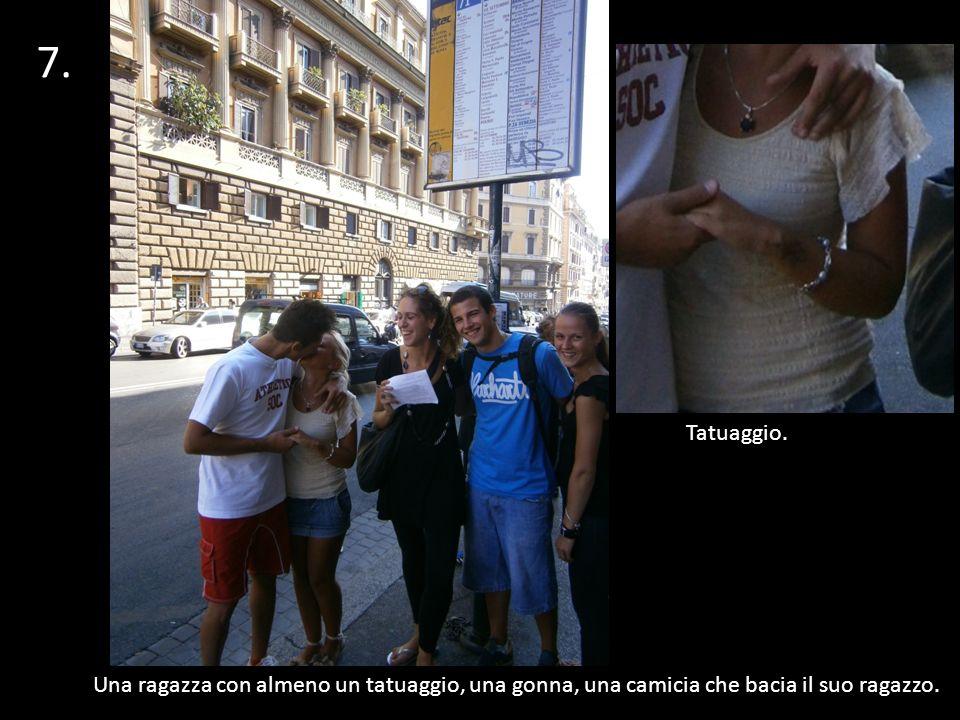 Una ragazza con almeno un tatuaggio, una gonna, una camicia che bacia il suo ragazzo. 7. 1 Tatuaggio.
