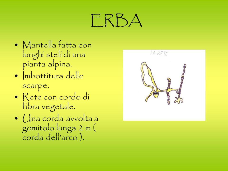 ERBA Mantella fatta con lunghi steli di una pianta alpina. Imbottitura delle scarpe. Rete con corde di fibra vegetale. Una corda avvolta a gomitolo lu