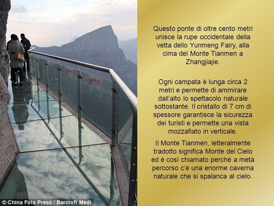 Questo ponte di oltre cento metri unisce la rupe occidentale della vetta dello Yunmeng Fairy, alla cima del Monte Tianmen a Zhangjiajie.
