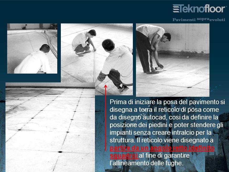 Prima di iniziare la posa del pavimento si disegna a terra il reticolo di posa come da disegno autocad, cosi da definire la posizione dei piedini e po