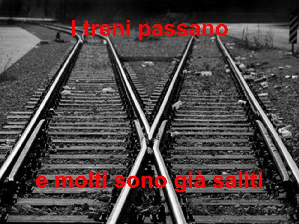 e molti sono già saliti I treni passano