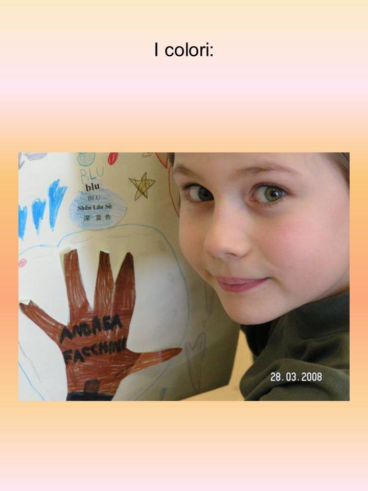 I bambini disegnano la propria mano, la colorano e la ritagliano.